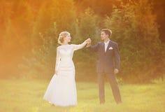 Unga brölloppar på sommaräng arkivbilder