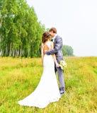 Unga brölloppar som tycker om romantiska ögonblick Arkivbild