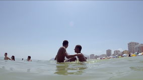 Unga brasilianer som plaskar Ipanema strandRio de Janeiro stock video