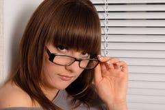 unga brunettexponeringsglas Royaltyfri Bild