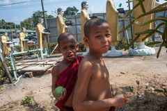unga buddistiska monks Royaltyfria Foton
