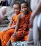 Unga buddistiska munkar i Angkor Wat Royaltyfri Bild