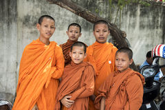 Unga buddistiska munkar Phnom Penh Cambodja Royaltyfria Bilder
