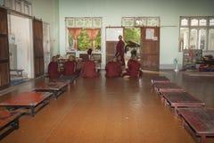 Unga buddistiska munkar sitter, medan undervisas. Royaltyfria Foton