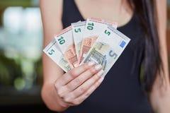 Unga caucasian anmärkningar för pengar för euro för pengarinnehav Fotografering för Bildbyråer