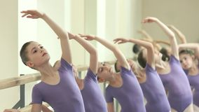 Unga caucasian ballerina på balettstudion lager videofilmer