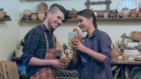 Unga ceramists som talar över giraffstatyetten stock video