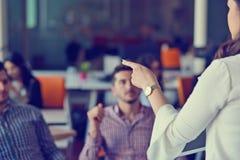 Unga Coworkers för grupp som gör stora affärsbeslut Idérikt Team Discussion Corporate Work Concept modernt kontor Arkivfoton