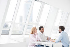 Unga coworkers som har idékläckningperiod i modernt kontor Arkivfoton