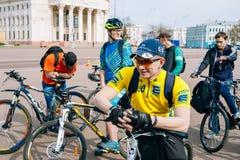 Unga cyklister i sportswearen för att cykla på öppningen av cykla Royaltyfria Foton
