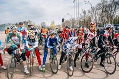 Unga cyklister i sportswearen för att cykla på öppningen av cykla Royaltyfria Bilder