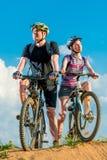 Unga cyklister på berget Arkivfoton
