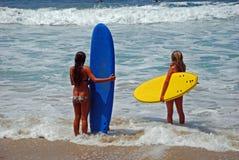 Unga damer som får klara att surfa i Laguna Beach, Kalifornien Fotografering för Bildbyråer