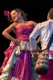 Unga dansare från Colombia i traditionell dräkt Arkivbild