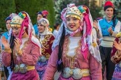Unga dansare från Turkiet i traditionell dräkt Arkivfoton