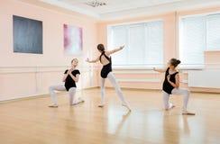Unga dansare på balettgrupp Arkivfoto