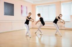 Unga dansare på balettgrupp Royaltyfri Fotografi