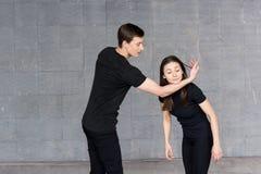 Unga dansare som öva i studio Arkivbild