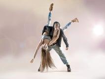Unga dansare som öva till striden Fotografering för Bildbyråer