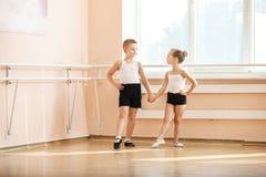Unga dansare som gör en övning Arkivbild