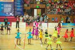 Unga dansare som sammanfogar den 18th Guangdong Dancespots Chamionship konkurrensen Arkivfoton
