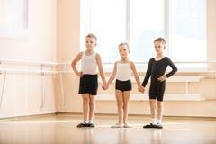 Unga dansare som värmer upp Royaltyfria Bilder