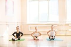 Unga dansare som värmer upp Royaltyfri Fotografi