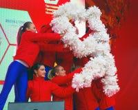 Unga dansare utför på etapp Arkivfoton