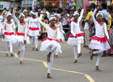Unga dansare utför på Hikkaduwaen Perahera i Sri Lanka Fotografering för Bildbyråer