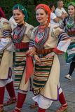 Unga dansareflickor från Serbien i traditionell dräkt royaltyfri bild
