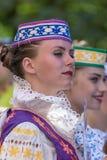 Unga dansareflickor från Vitryssland i traditionell dräkt royaltyfri bild