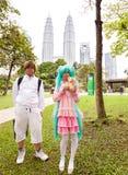 Unga deltagare av den 2014 komiska fiestaen framme av Kuala Lumpur Convention Centre Arkivfoto