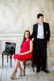 Unga eleganta par som väntar en behandla som ett barn Arkivfoto