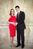 Unga eleganta par som väntar en behandla som ett barn Royaltyfria Bilder