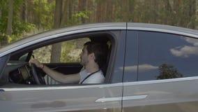 Unga förälskade par talar ridning i deras bil stock video