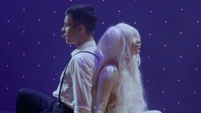 Unga förälskade tonåringar visar deras ledsna kärlekshistoria på etappen i teater stock video