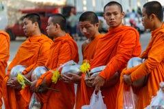 Unga för munkar donationer mot efterkrav i Chiang Mai, Thailand Royaltyfri Bild