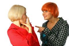 unga förvånada två viska kvinnor Arkivbild