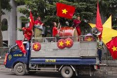 Unga fans på lastbilen som firar deras team'sdeltagande i fotbollfinalen mot Uzbekistan royaltyfri fotografi