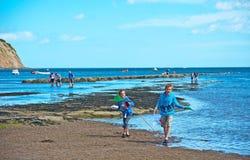 Unga fishers på stranden royaltyfri bild