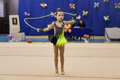 Unga flickan är deltagandet i en gymnastikkonkurrens Royaltyfria Foton