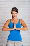 Unga flickan är förlovad i yoga Fotografering för Bildbyråer