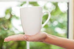 Unga flickan är klar att dricka kaffe Arkivbild