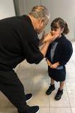 Unga flickan är ledsen att hennes farfar lämnar efter ett besök Arkivfoton
