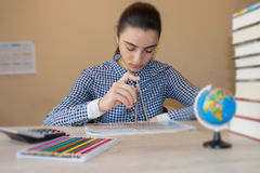 Unga flickan arbetar med kartboken på den wood tabellen Utbildning kreativitetbegrepp Royaltyfria Foton