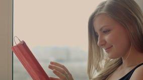 Unga flickan arbetar på minnestavlan på internet på stock video