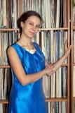 Unga flickan av 20 år i blåttklänning är den stående near kuggen med Arkivbilder
