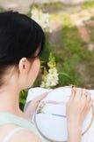 Unga flickan broderar en modell på det vita materialet Arkivfoton