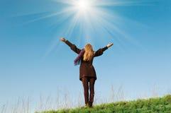 Unga flickan drar händer som ber himmel arkivbilder
