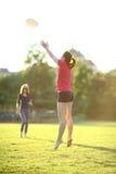 Unga flickan fångar en frisbee Royaltyfria Bilder